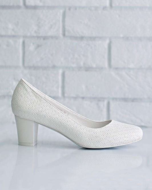 Удобныесвадебные туфли на низком каблуке.