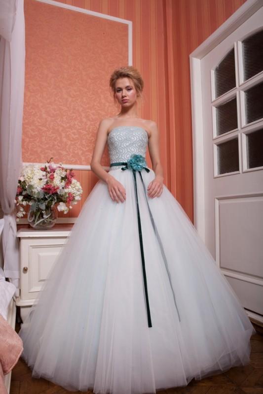 Бирюзовое свадебное платье А силуэта.