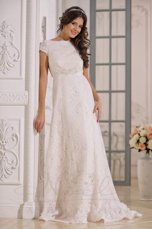 Нежное прямое свадебное платье.