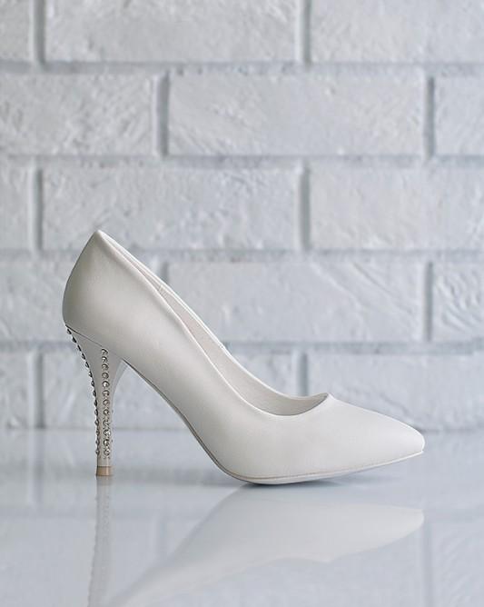 Элегантныесвадебные туфли на каблуке.