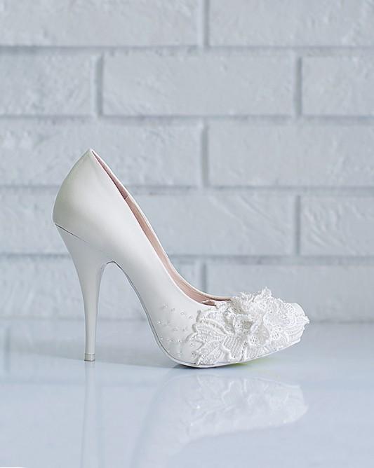 Стильныесвадебные туфлина высоком каблуке.