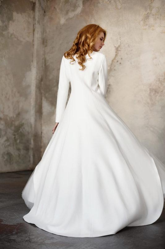 Ассиметричное свадебное пальтос длинным рукавом.