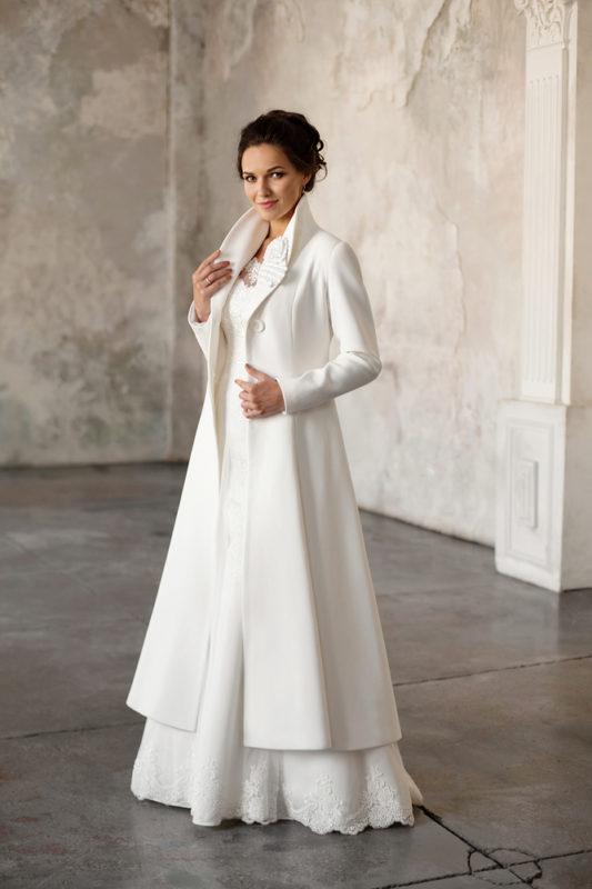 Стильное свадебное пальтос длинным рукавом.