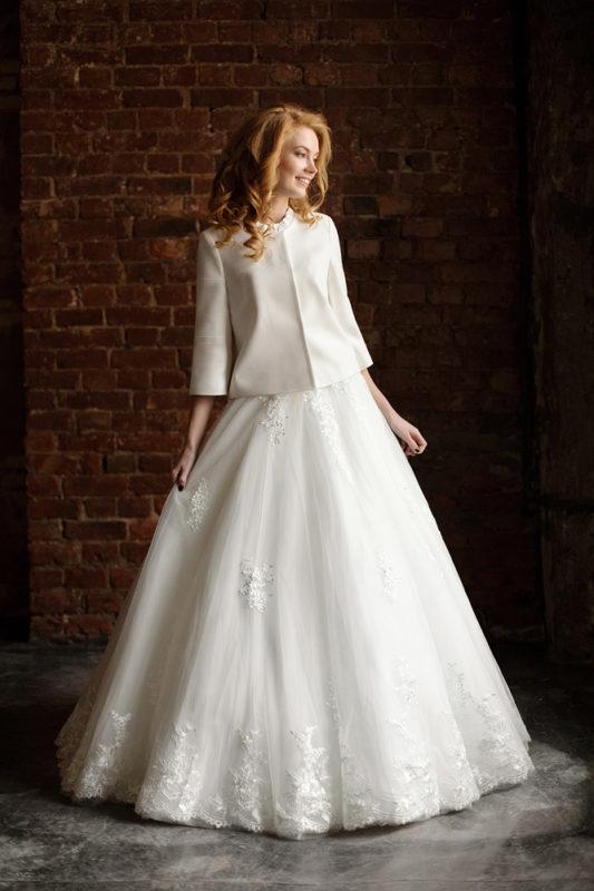 Приталенное свадебное пальто с длинным рукавом.