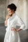 Свадебное пальто молочного цвета с длинными рукавами.