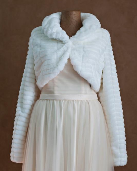 Теплая свадебная накидка с длинным рукавом.