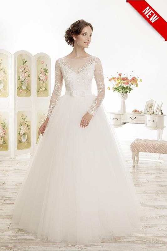 Пышное закрытое свадебное платье.