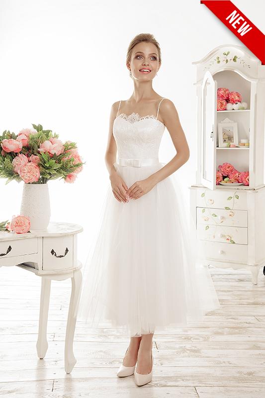 Короткое свадебное платье на лямках.
