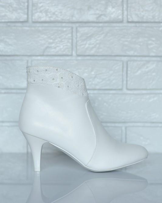 Свадебные сапоги на низком каблуке.