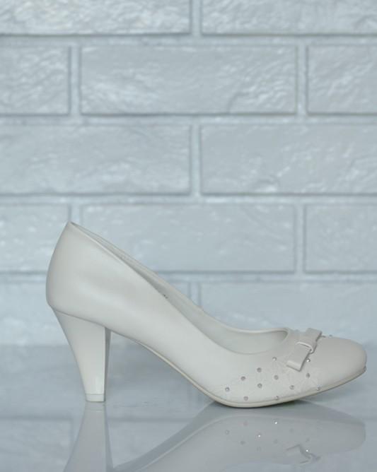 Свадебные туфли с бантом и стразами.