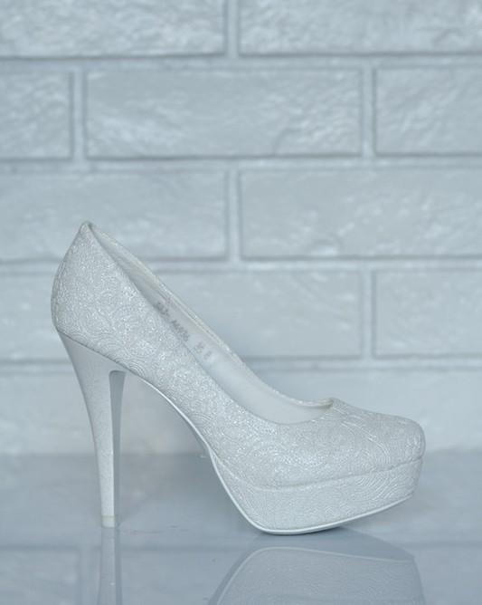 Свадебные туфли на высоком каблуке в блестящих кружевах.