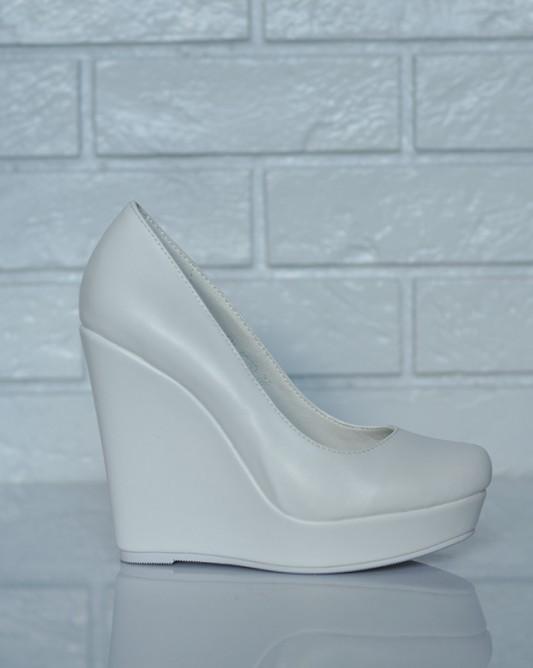Минималистичные свадебные туфли.