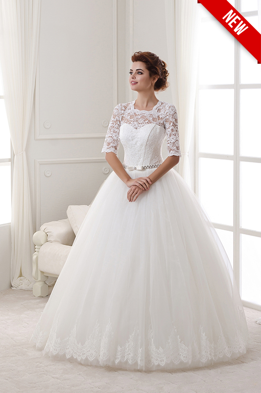 Свадебное платье А силуэта с серебряным ремешком.