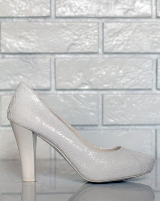 Свадебные туфли в узорах.