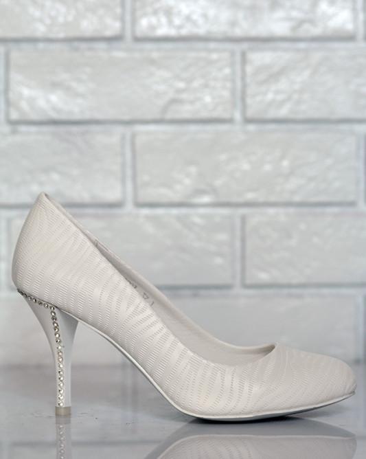 Свадебные туфли с красивым каблуком.