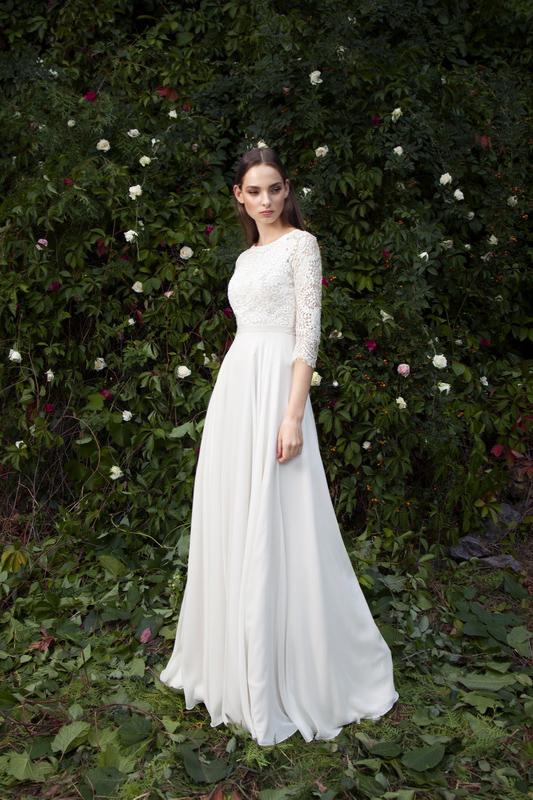 Свадебное платье в кружевах с открытой спиной.