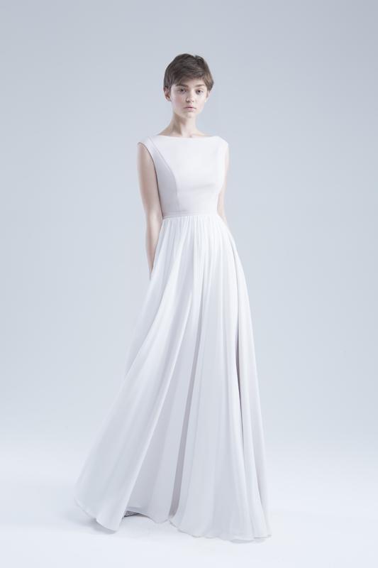 Сдержанноесвадебное платье с ниспадающей струящейся юбкой