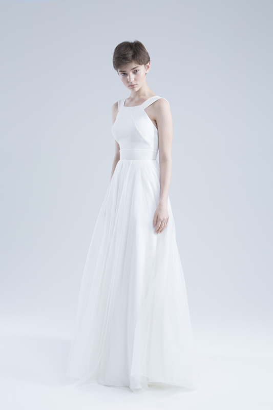 Свадебное платье А силуэта в стиле минимализма на широких бретелях