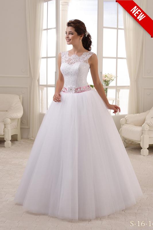 Полузакрытое свадебное платье с поясом.