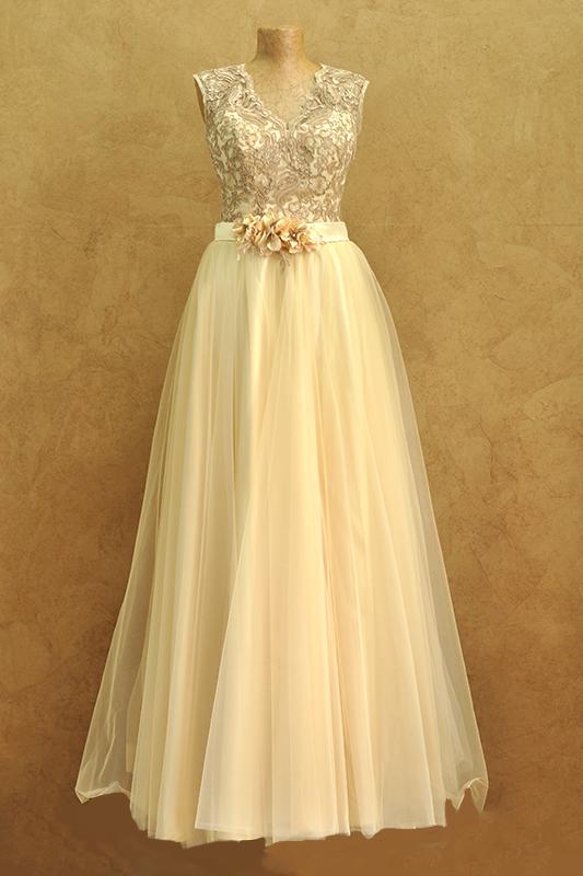 Пышное традиционное вечернее платье.