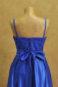 Синее вечернее платье на лямках.