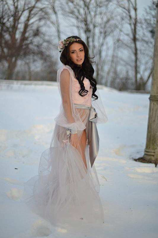 Пудровое будуарное платье.