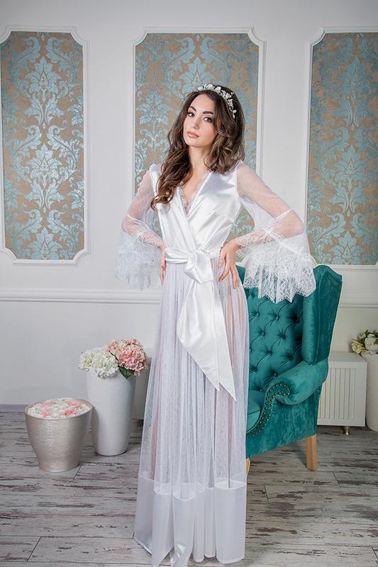 Красивое белое будуарное платье.