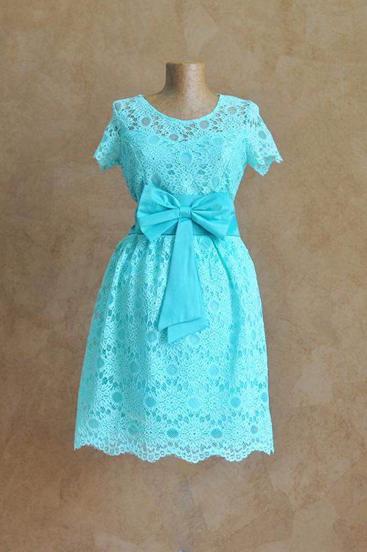 Короткое бирюзовое платье с бантом.