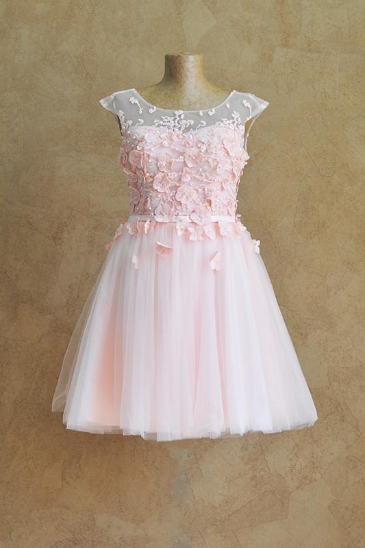 Короткое розовое платье в цветах.