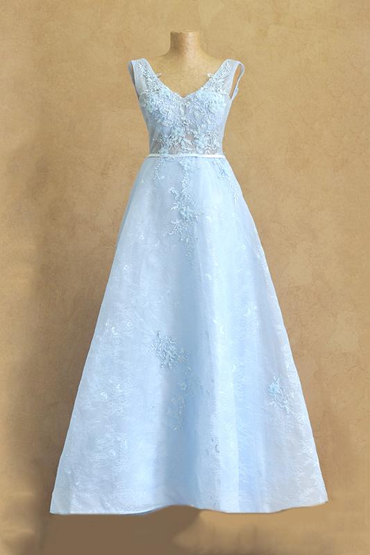 Пышное голубое вечернее платье.