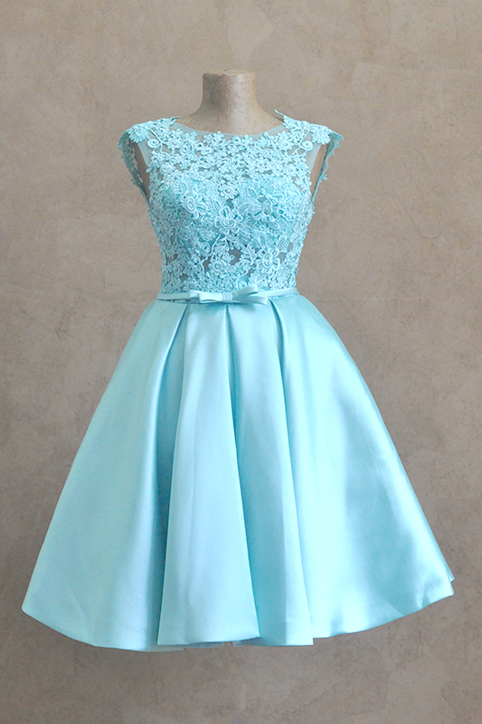 Короткое пышное платье с бантом и кружевами.