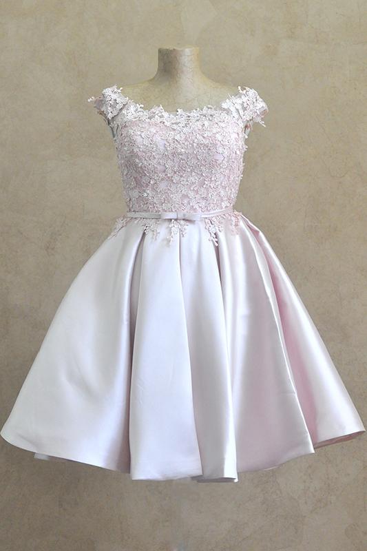 Пышное короткое платье в кружевах.