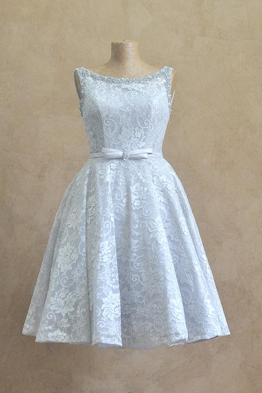 Короткое серое платье с бантом.