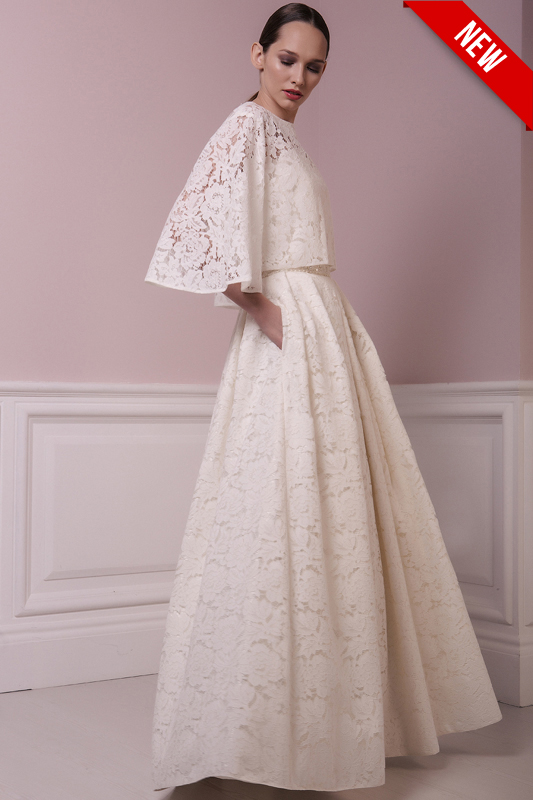Длинное прямое платье с поясом.
