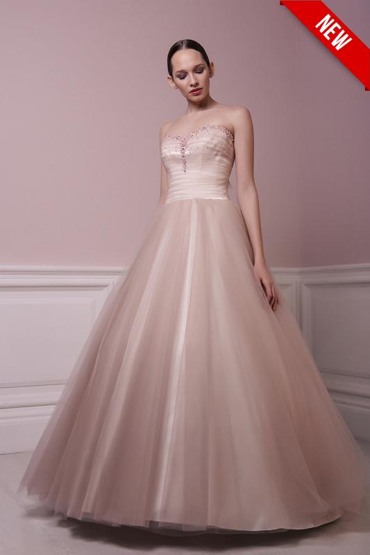 Пышное красное свадебное платье.