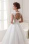 Белое платье с открытой спиной.