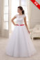 Пышное свадебное платье большого размера с красным поясом.