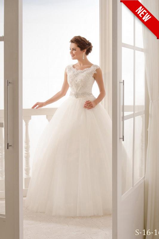 Пышное свадебное платье большого размера.