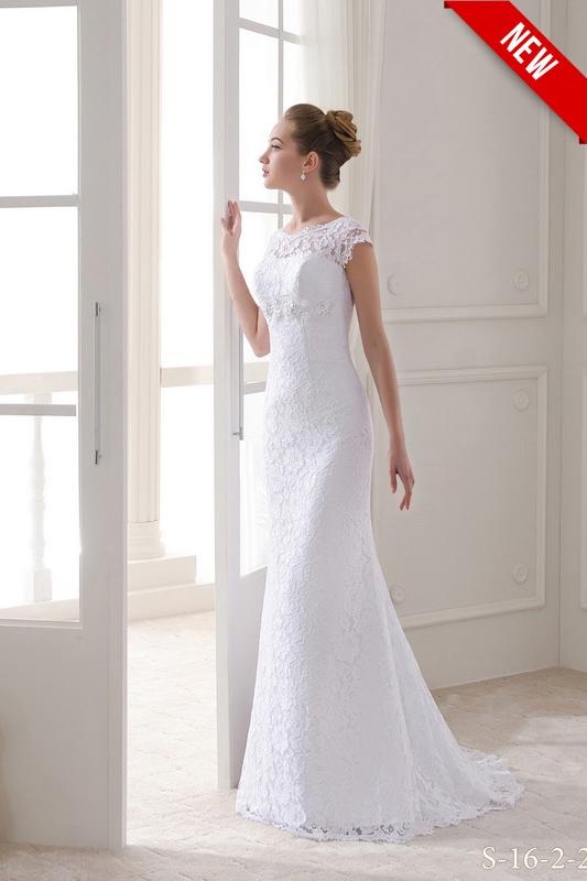 Прямое свадебное платье со шлейфом и кружевами.