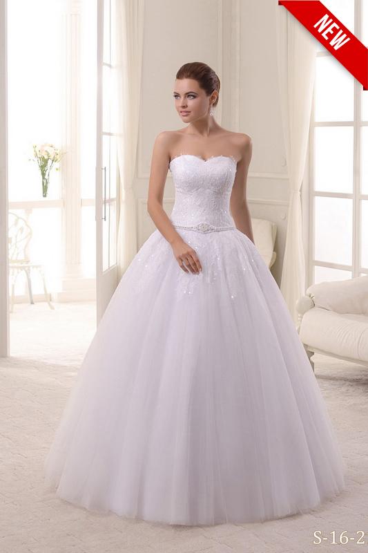 Пышное бальное свадебное платье без рукавов.