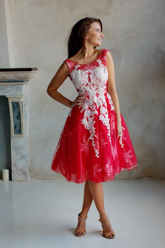Пышное платье средней длины