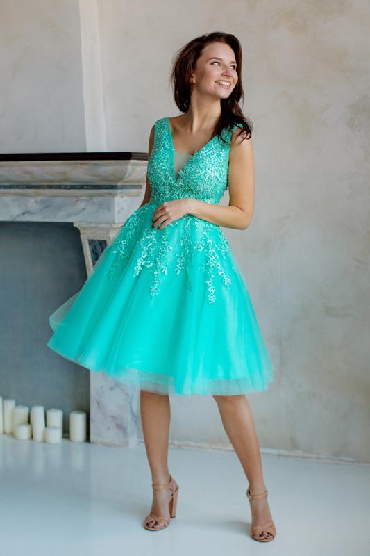 Короткое пышное вечернее платье с вышивкой