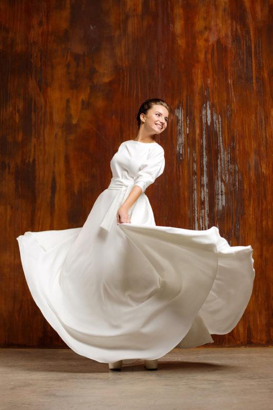 Закрытое традиционное подвенечное платье.