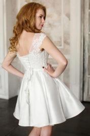 Короткое атласно-кружевное свадебное платье 3