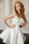 Короткое атласно кружевное свадебное платье.