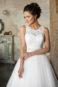Пышное полузакрытое кружевное свадебное платье.