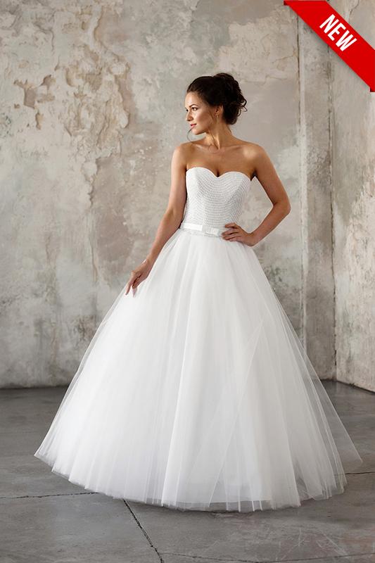 Пышное бальное платье с кринолином.