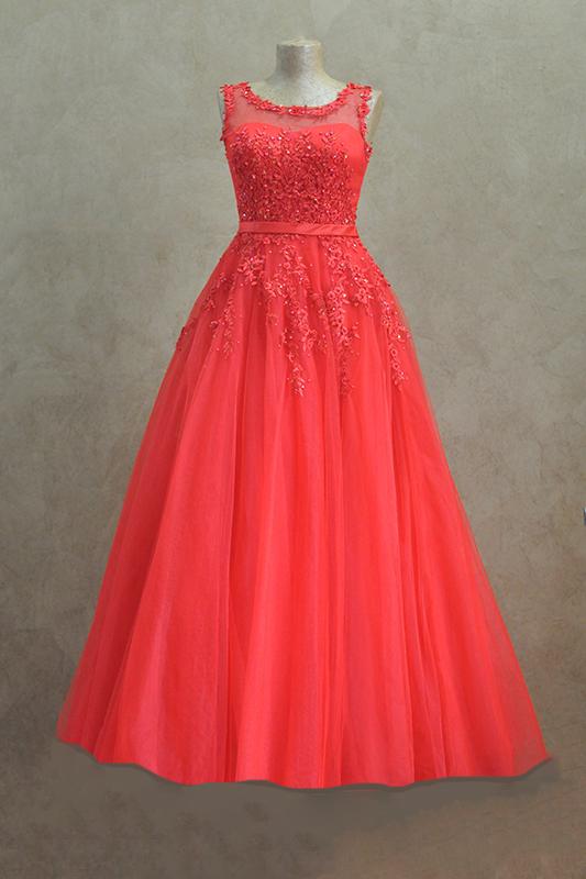 Длинное вечернее платье с вырезом лодочкой.