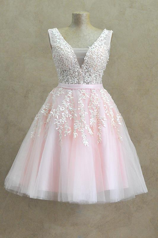 Короткое пышное вечернее платье с рюшами.