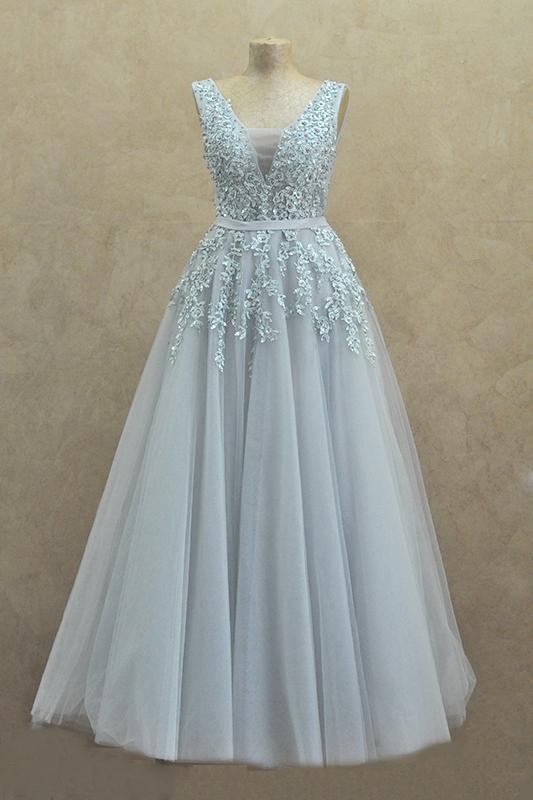 Длинное пышное вечернее платье с поясом в кружевах.